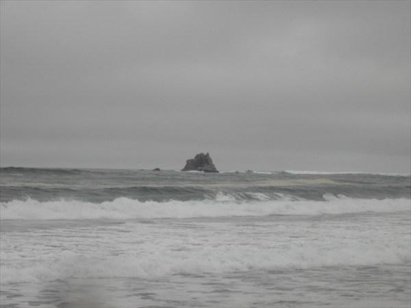 Штормит океан