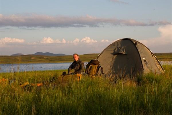 Вечерний свет в лагере на озере