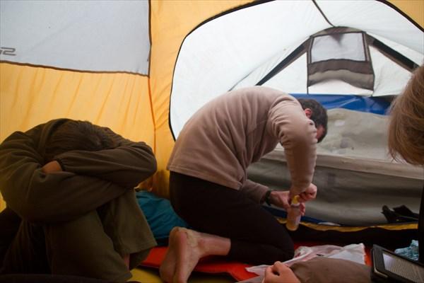 """Заклеиваем """"Маринку"""" внутри палатки. Устали."""