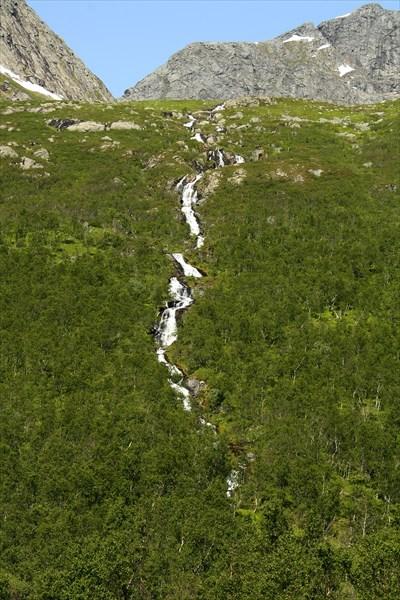 До водопадика очень близко от дороги