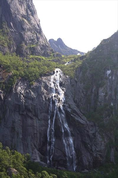 Водопад перед въездом в Sloverfjordtunnelen