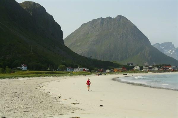 Морозоустойчивая норвежка на пляже в Ramberg