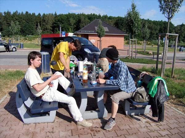 Завтрак в придорожном немецком паркинге