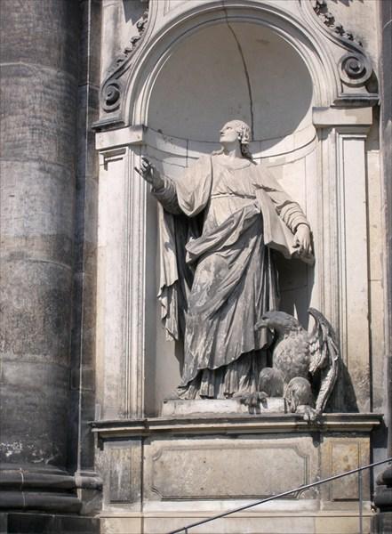 Фигура у входа в Католическую придворную церковь