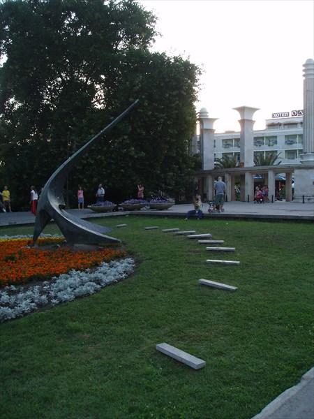 Солнечные часы у входа в Приморский парк, Варна