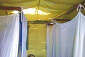 Кровати в бунгало закрыты москитными сетками