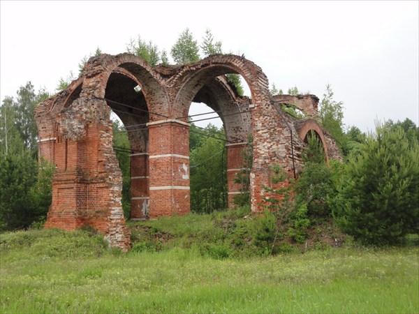 Разрушенная церковь в Лункино