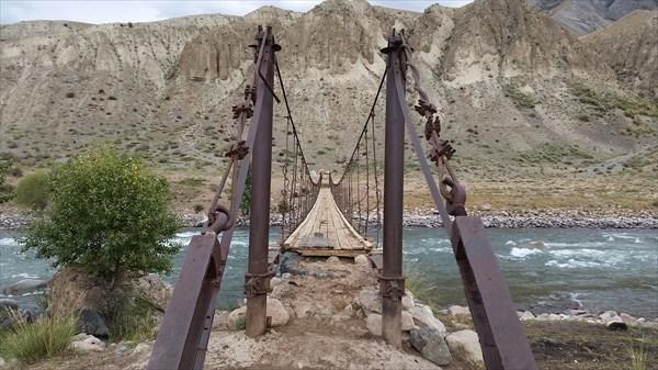 Подвесной мост перед поселком Кызыл-Ой