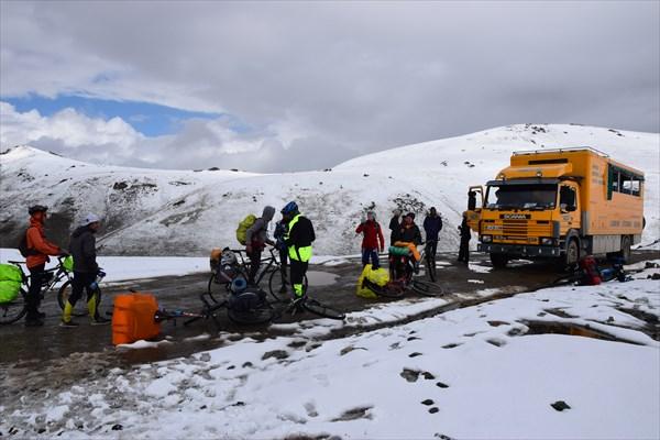 Автобус с туристами на перевале