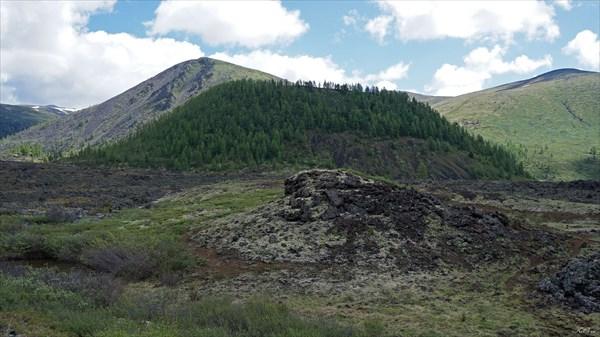 Вулкан Перетолчина с лавового поля между вулканами