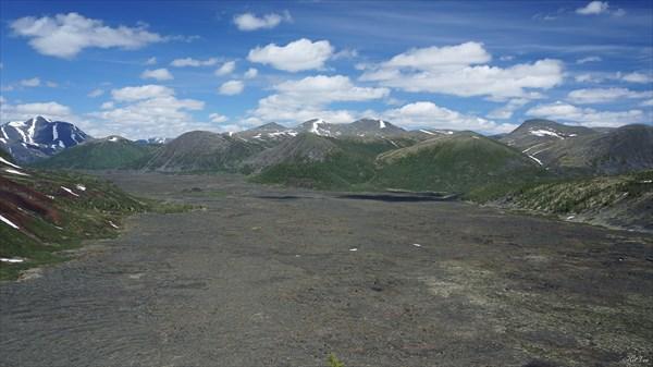 Лавовое поле между вулканами с вулкана Кропоткина