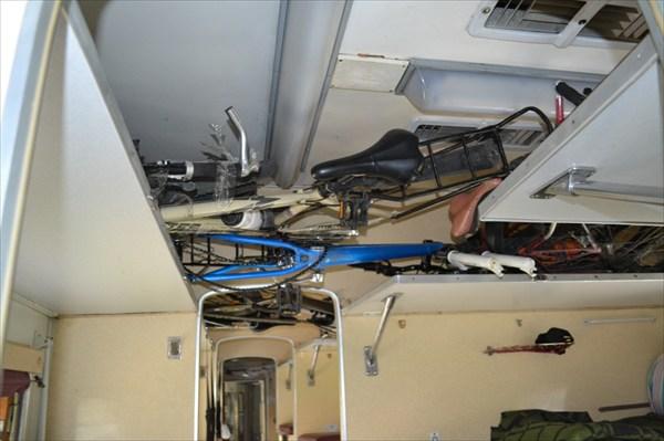 Наши байки рассположились на третих полках вагона плацкарта