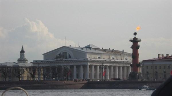 Биржа. Ростральная колонна