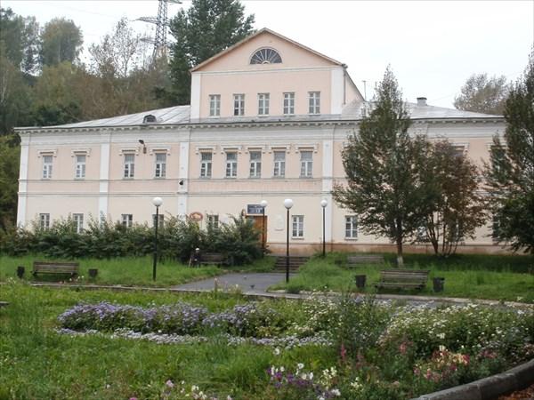 Здание музея (оно же дом Аносова) издали