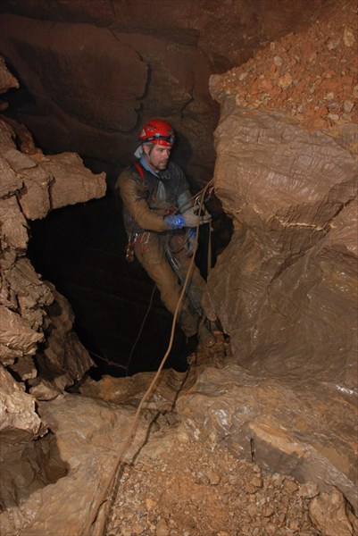 на фото: В пещере