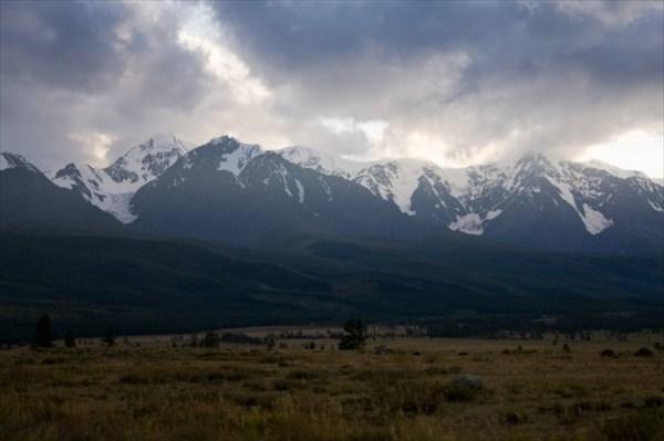 Хребет, слева ледник Актру