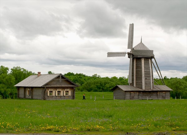 Начало уличной экспозиции.  Ветряная мельница и дом мельника.