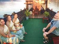 Девушки их фольклорной группы с кораблика