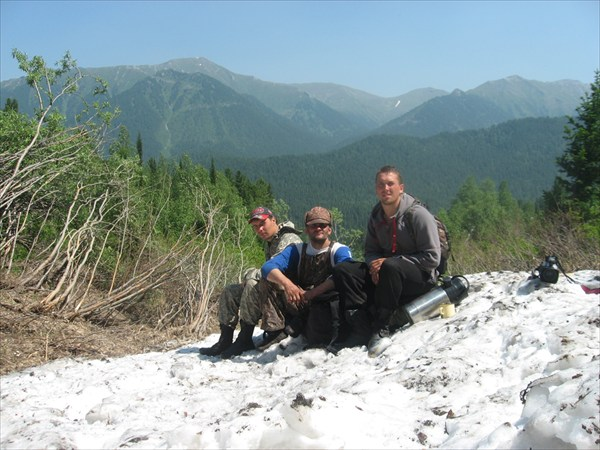 на фото: Снежник  Агульских белков. Вид на долину р. Орзагай.