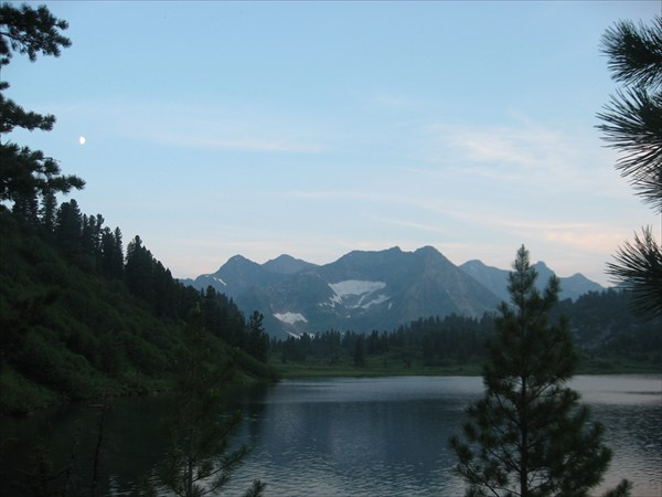 Кинзелюкский хребет на фоне озера