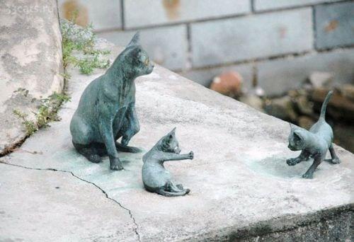 Памятник кошке с котятами