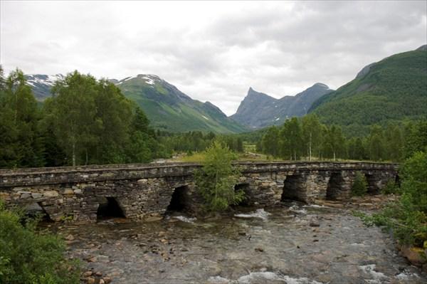 Старинный каменный мост.