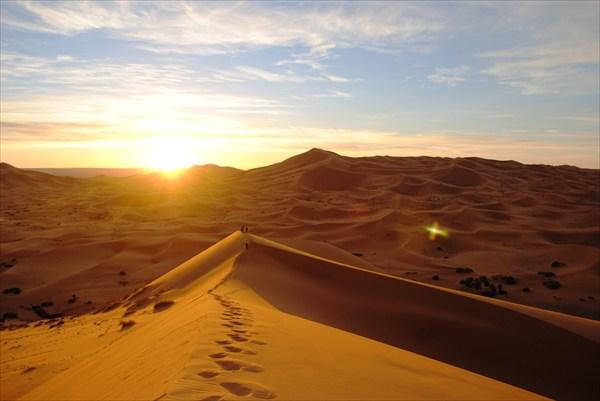 на фото: восход в песках