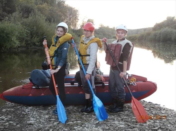на фото: Три девицы, да с веслом...