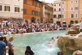Рим. Тусовка туристов у фонтана Треви