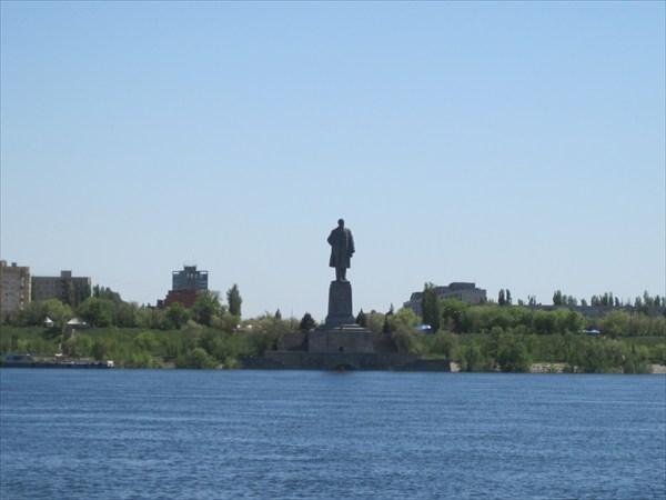 Памятник В.И.Ленину на входе в канал(занесен книгу рек.Гинесса)