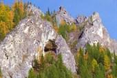 Пещера в береговых скалах