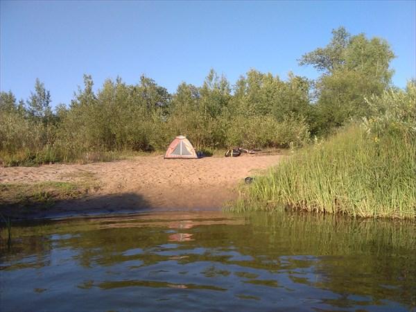 Палатка на берегу озера