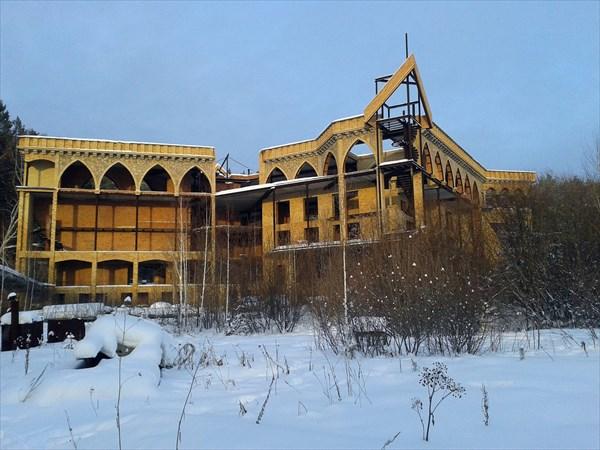 на фото: Замок вблизи