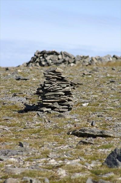 Пирамидки из камней.