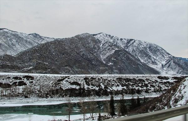 на фото: Незамерзающая Катунь. Зимой особенно красива