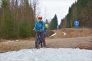 Много снега на грунтовой велодорожке