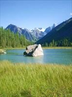 Камень посреди озера