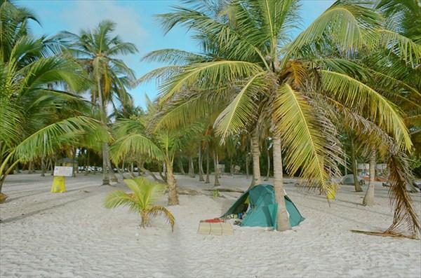 на фото: Наша палатка на о-ве Сомбреро, Моррокой
