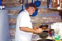 Гленн учится печь блины