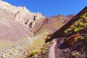 Перевал Сток - посередине, между `заборами` и красной осыпью