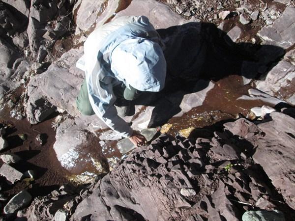 Набираем воду из ручейка на высоте 4500 м