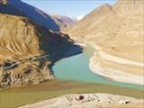 Вид с шоссе на впадение р. Занскар в Инд и на дорогу из Чилинга