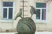 Скульптура перед музеем