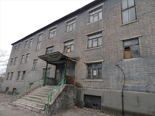 Окна в зданиях часто выбиты и заложены фанерой...