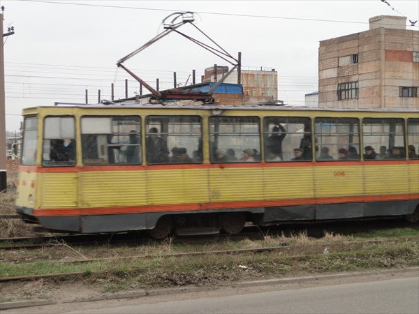 Через промзону ездит трамвай - по виду очень старый