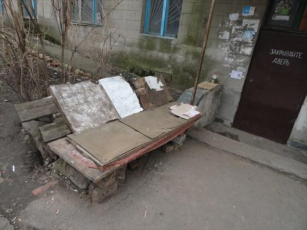 Во дворах жильцы сооружают для отдыха самодельные лавочки