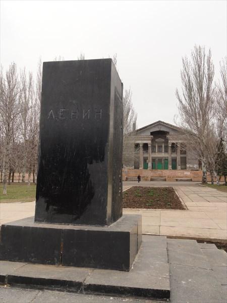 Перед кинотеатром - памятник Ленину