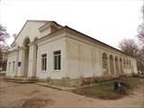 Сталинское здание в парке. Все окна по бокам заложены кирпичом