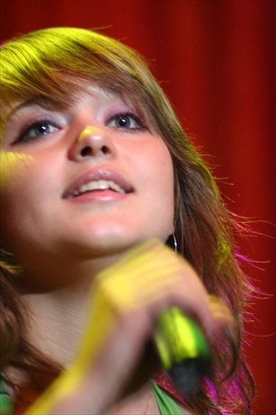 молодая певица