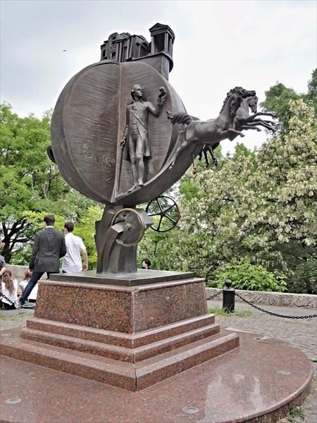Памятник апельсину на Преображенской